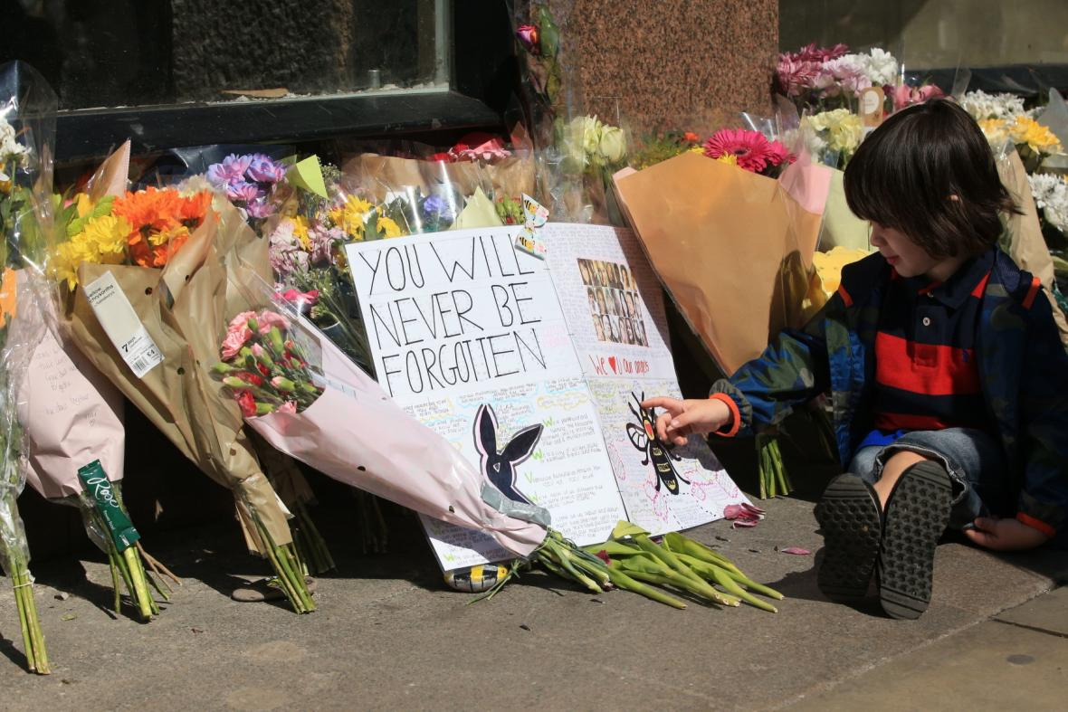Lidé v Manchesteru si připomněli loňský teroristický útok na koncertu Ariany Grande