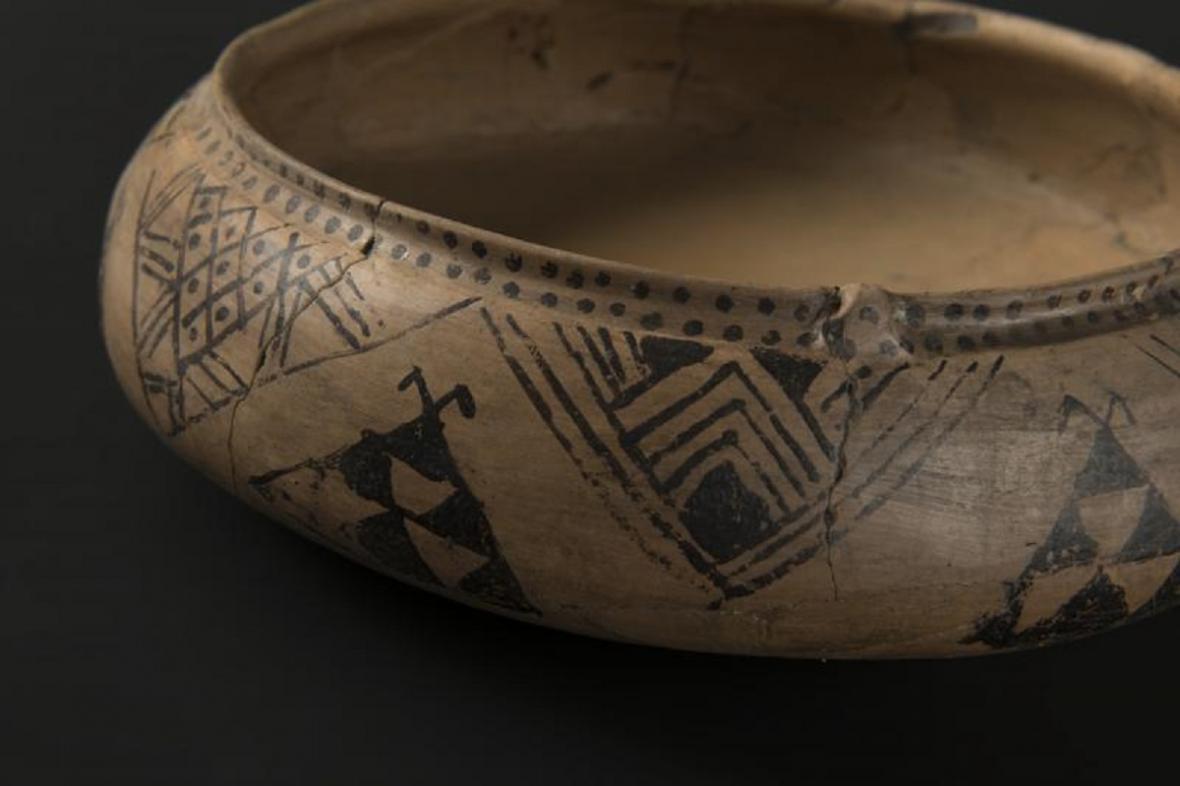 """Bohatě malovaná keramická nádoba pocházející z """"knížecího"""" hrobu ze Straškova-Račiněvsi"""