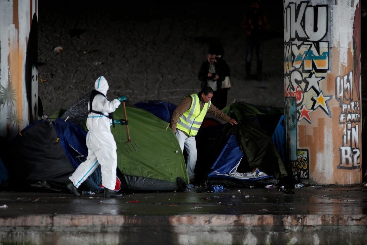 Vyklízení největšího provizorního tábora v Paříži