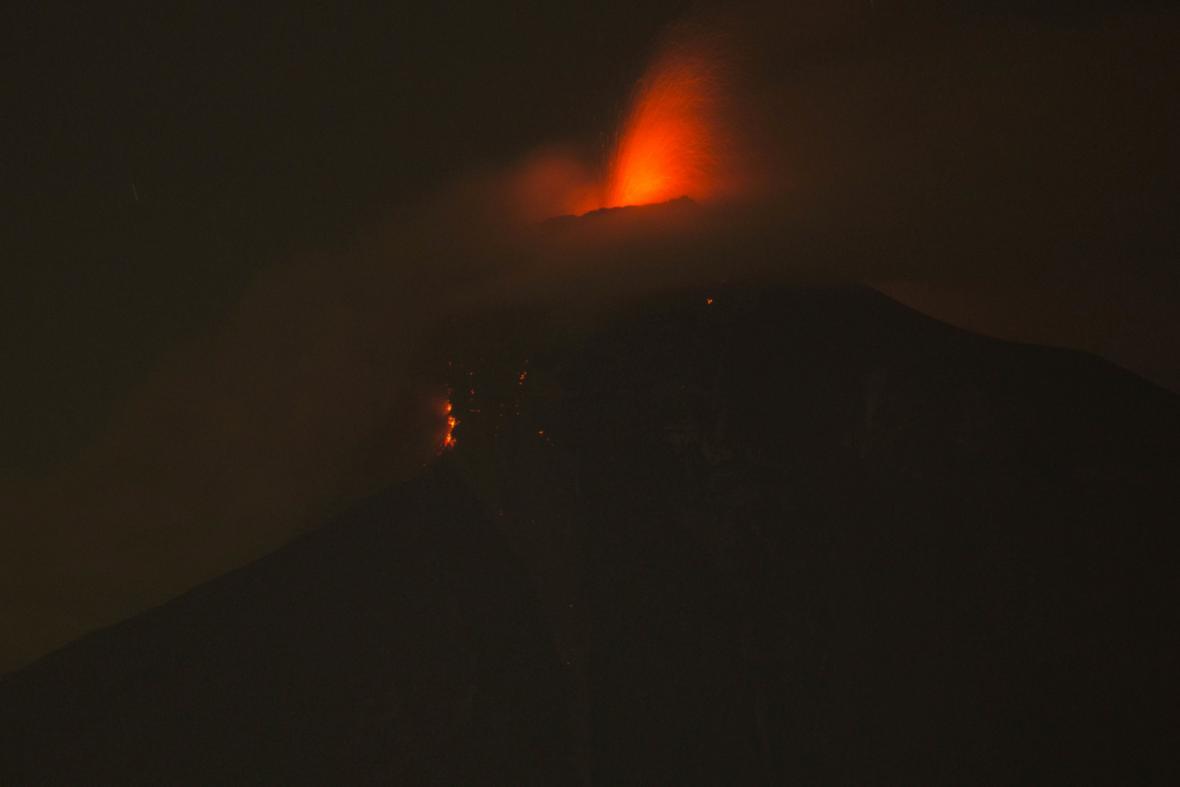 Největší výbuch sopky Volcán de Fuego v Gutatemale od roku 1974