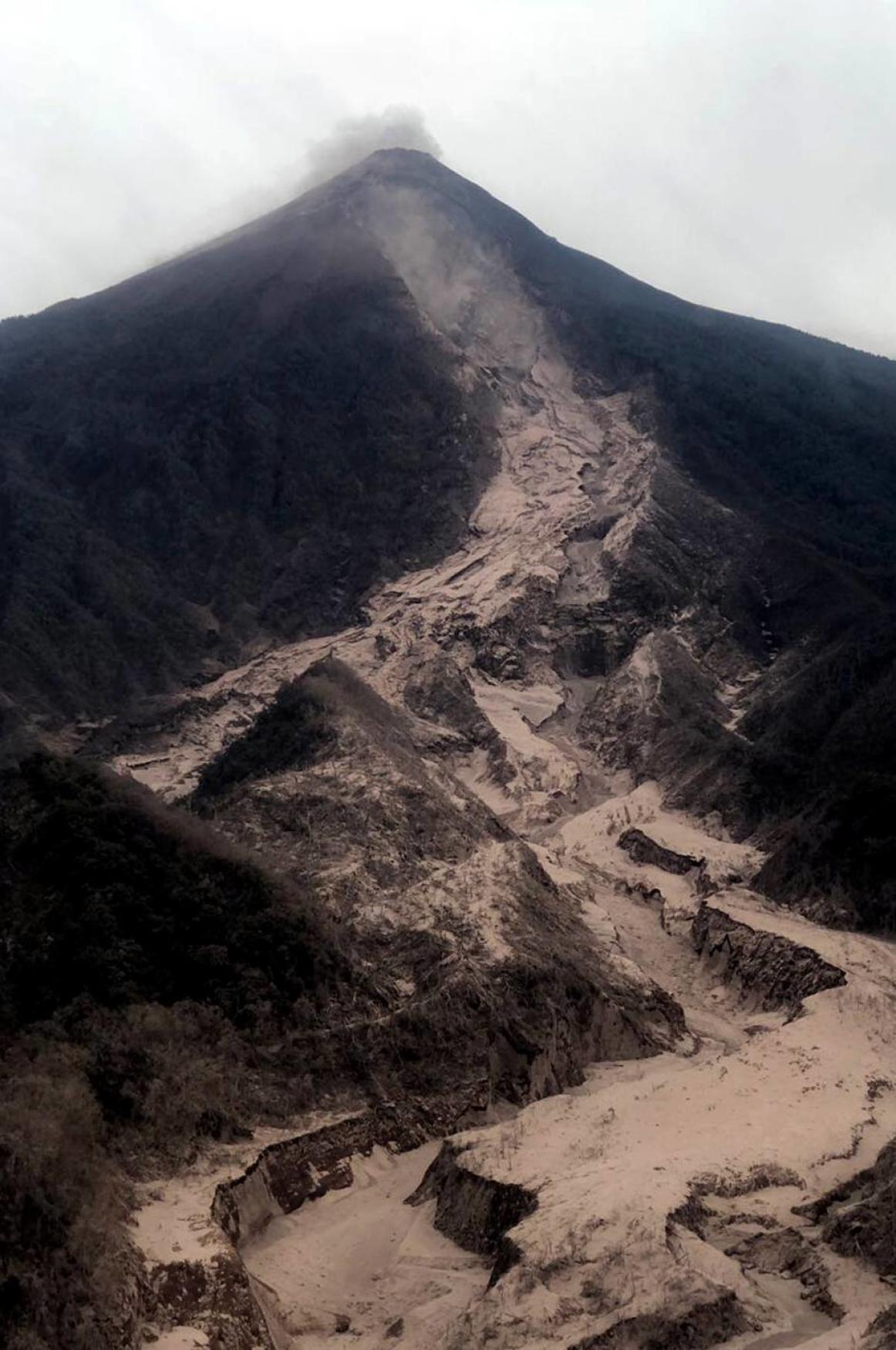 Největší výbuch sopky Volcán de Fuego v Guatemale od roku 1974. Domy a silnice v okolí jsou pokryty silnou vrstvou sopečného popela, v níž záchranáři hledají další pohřešované.