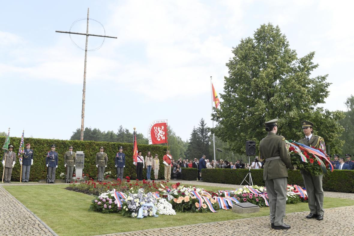 Stovky lidí se sešly u Památníku Lidice na Kladensku na pietě za obec Lidice.