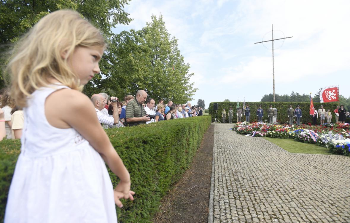 Stovky lidí se sešly na pietě za obec Lidice, kterou před 76 lety vypálili nacisté.