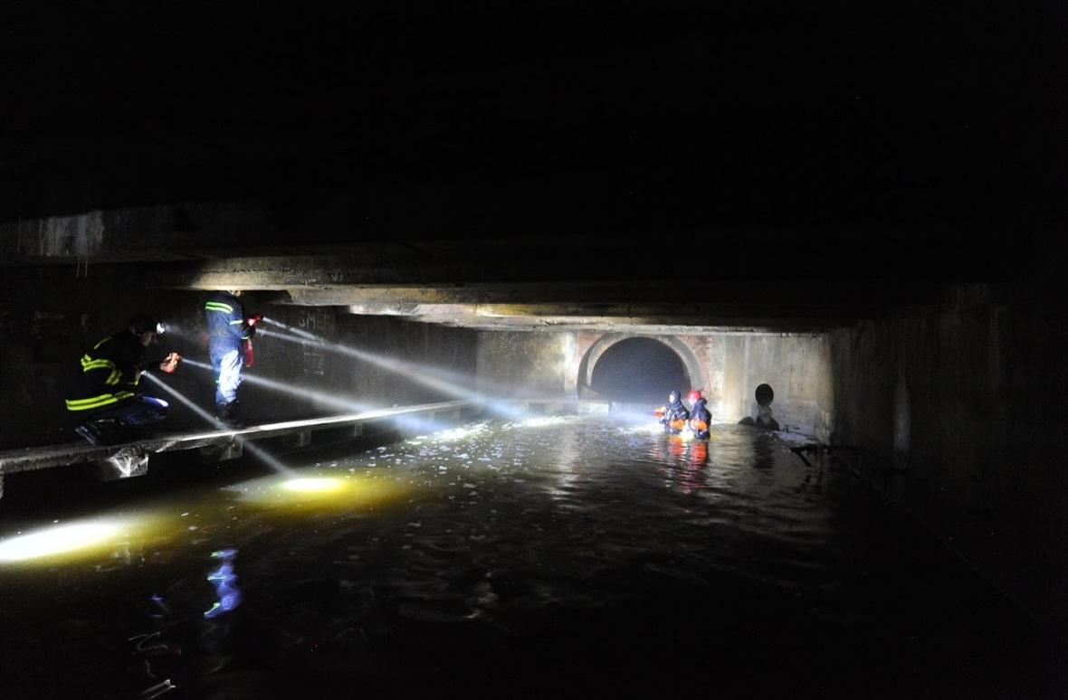 Hasiči pátrají v útrobách tunelu Motolského potoka v Praze