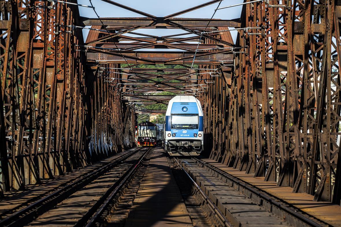 Rekonstrukce pěších lávek na železničním mostě Výtoň - Smíchov