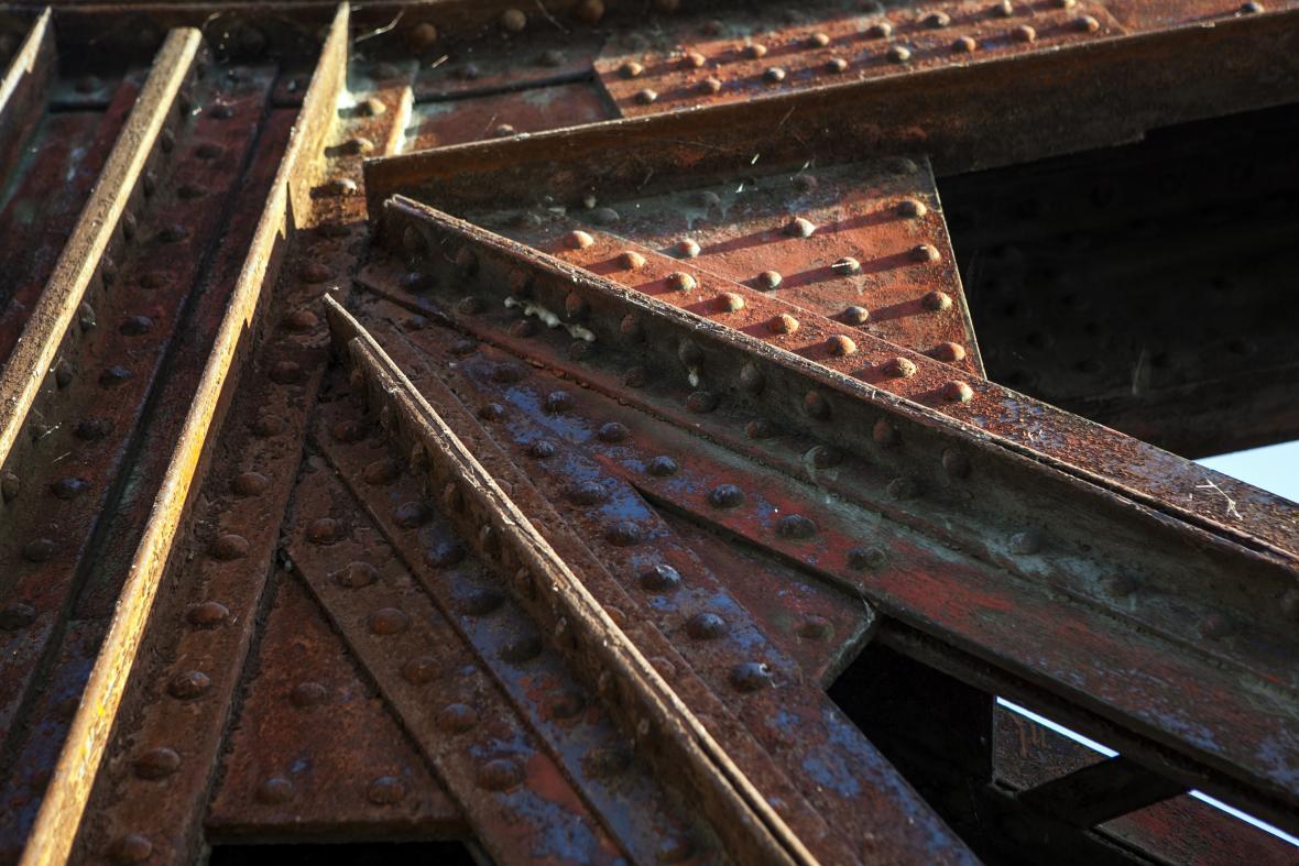 Památkově chráněnému železničnímu mostu přes Vltavu mezi pražskou Výtoní a Smíchovem hrozí demolice. Důvodem je rozsáhlá koroze ocelové konstrukce.