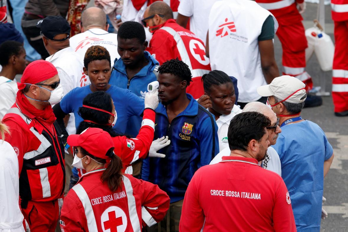 Zdravotníci přijímají migranty z lodi Diciotti