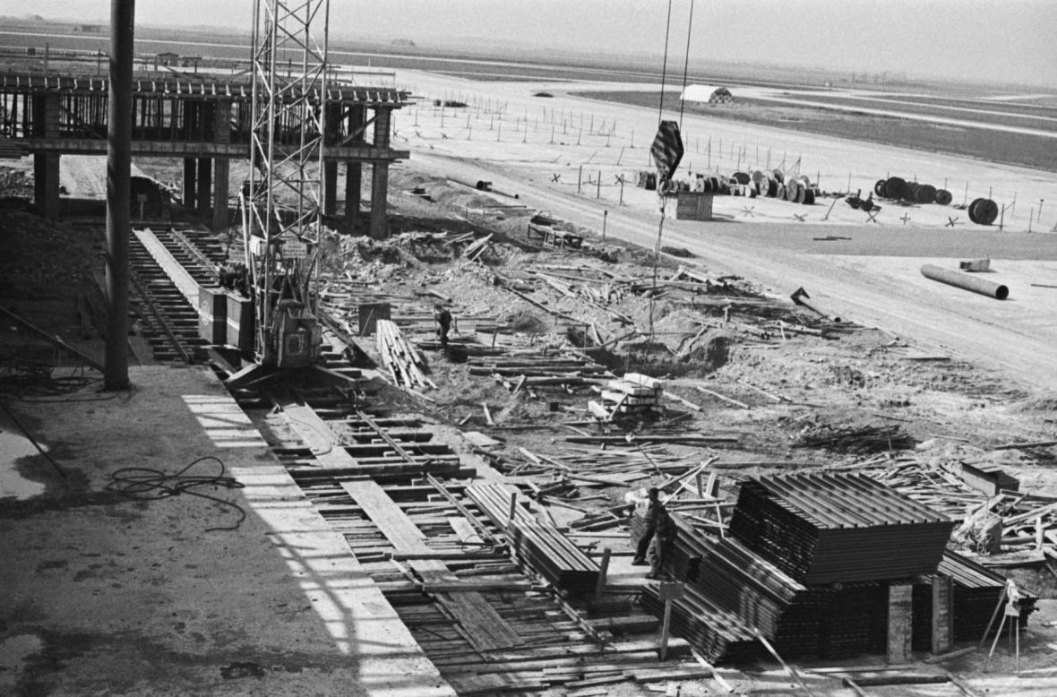 Fotografie ze 14. dubna 1966, stavba nového areálu trvá už šest let. Za dva roky bude dokončena.
