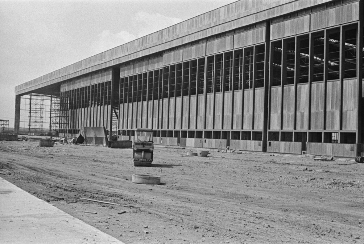 Na snímku z dubna 1966 je rozestavěná odbavovací budova, která se stala ústředním uzlem celého nového areálu.