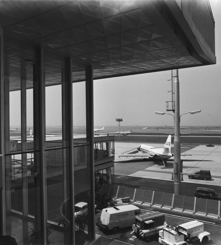 Nové letiště Praha-Ruzyně přivítalo 4. července první cestující. Na snímku příletová plocha před hlavní letištní budovou.