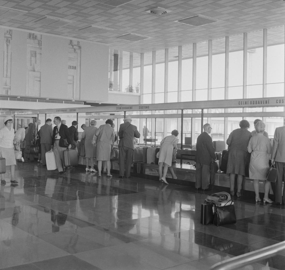 Nové letiště Praha-Ruzyně přivítalo 4. července první cestující. Na snímku záběr z odbavovací haly.