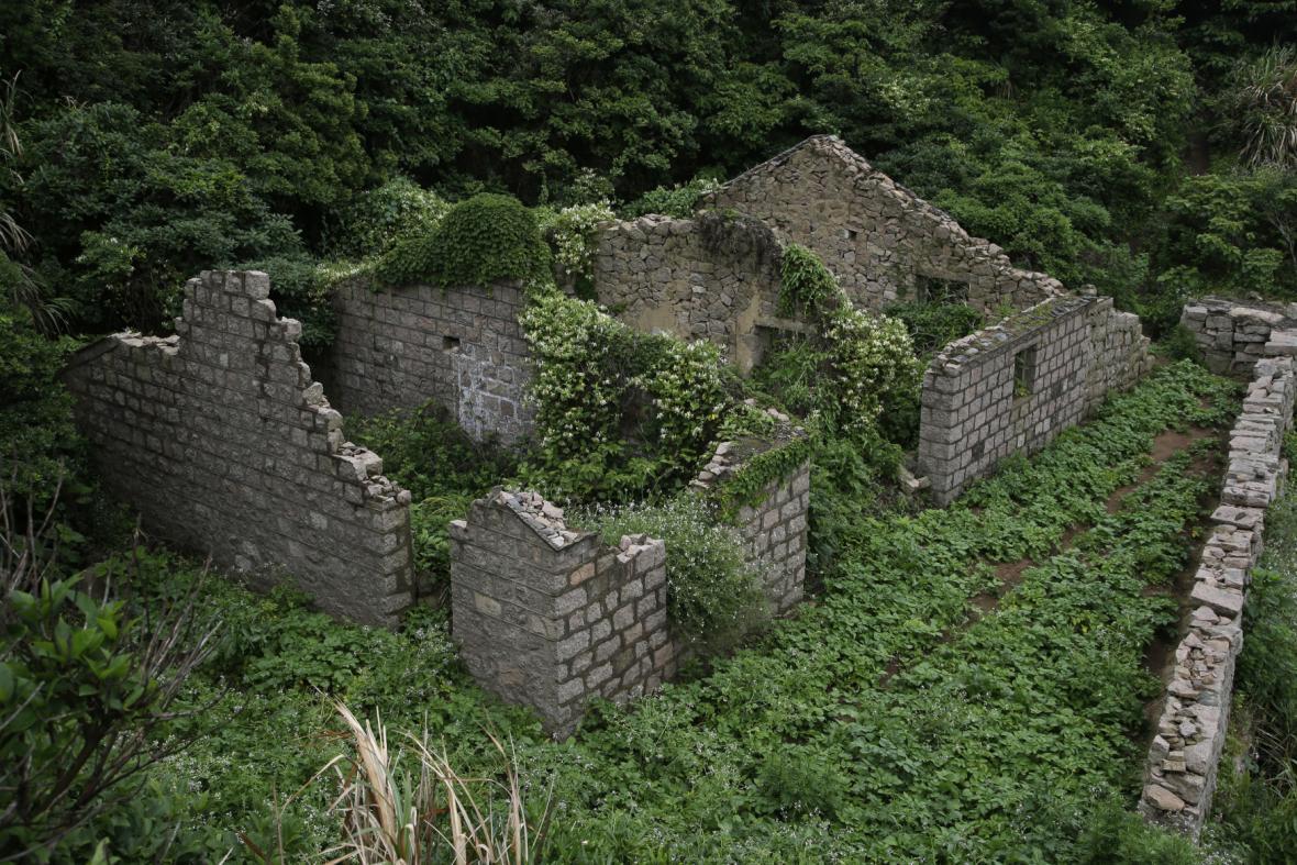 Čínská vesnice duchů Houtouwan zarostlá vegetací