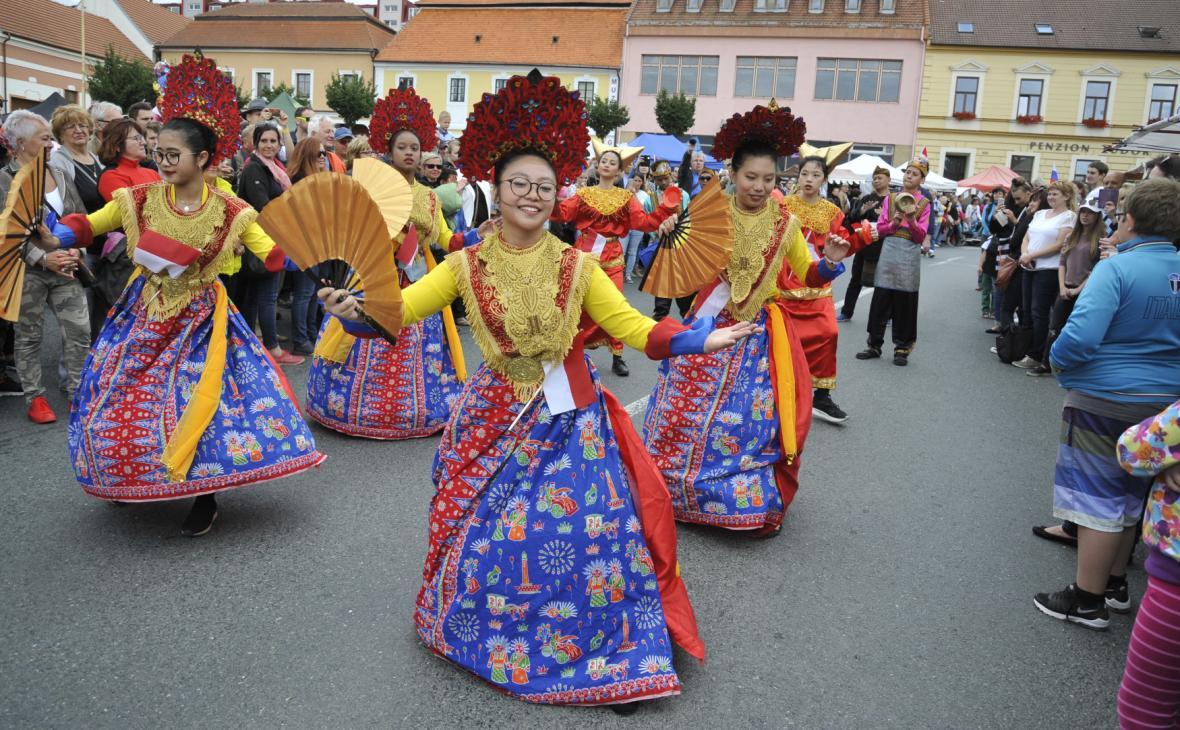 Slavnostní průvod centrem města - folklorní soubor z Indonésie