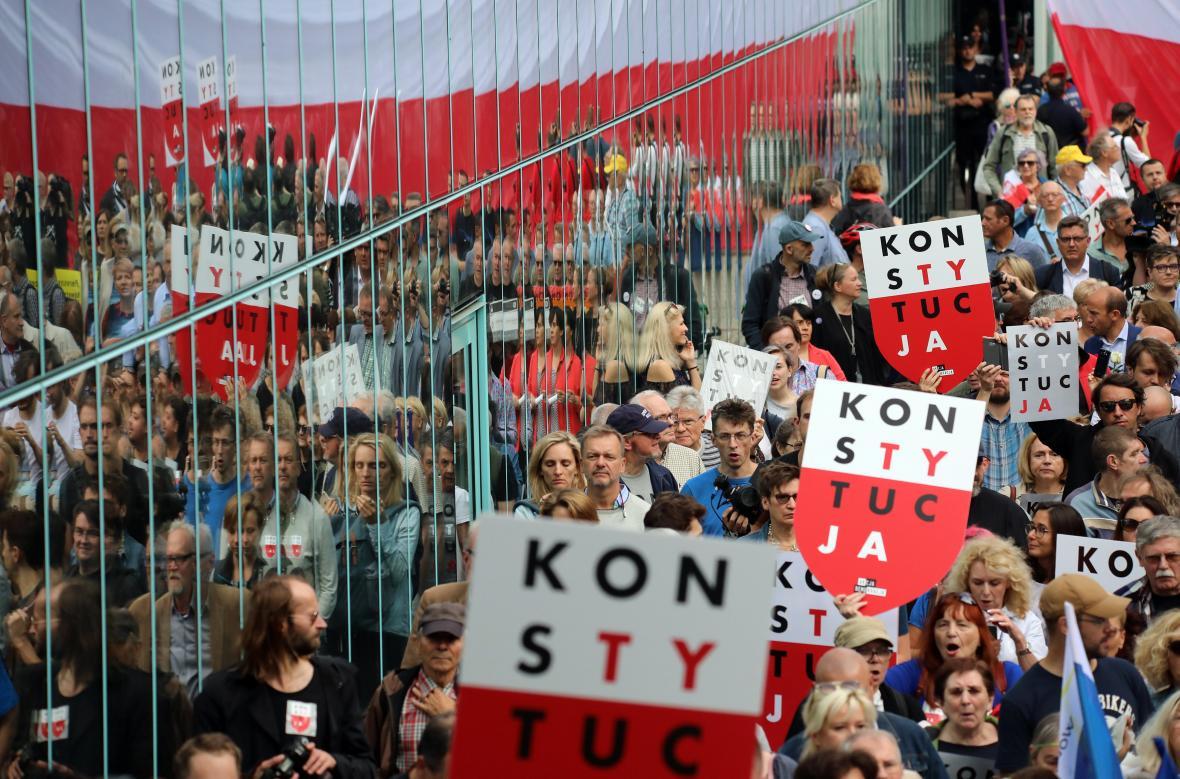 Protest před budovou polského nejvyššího soudu