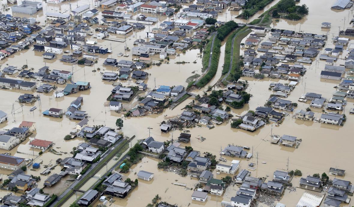 Silné deště způsobily rozsáhlé záplavy na jihu a západě Japonska