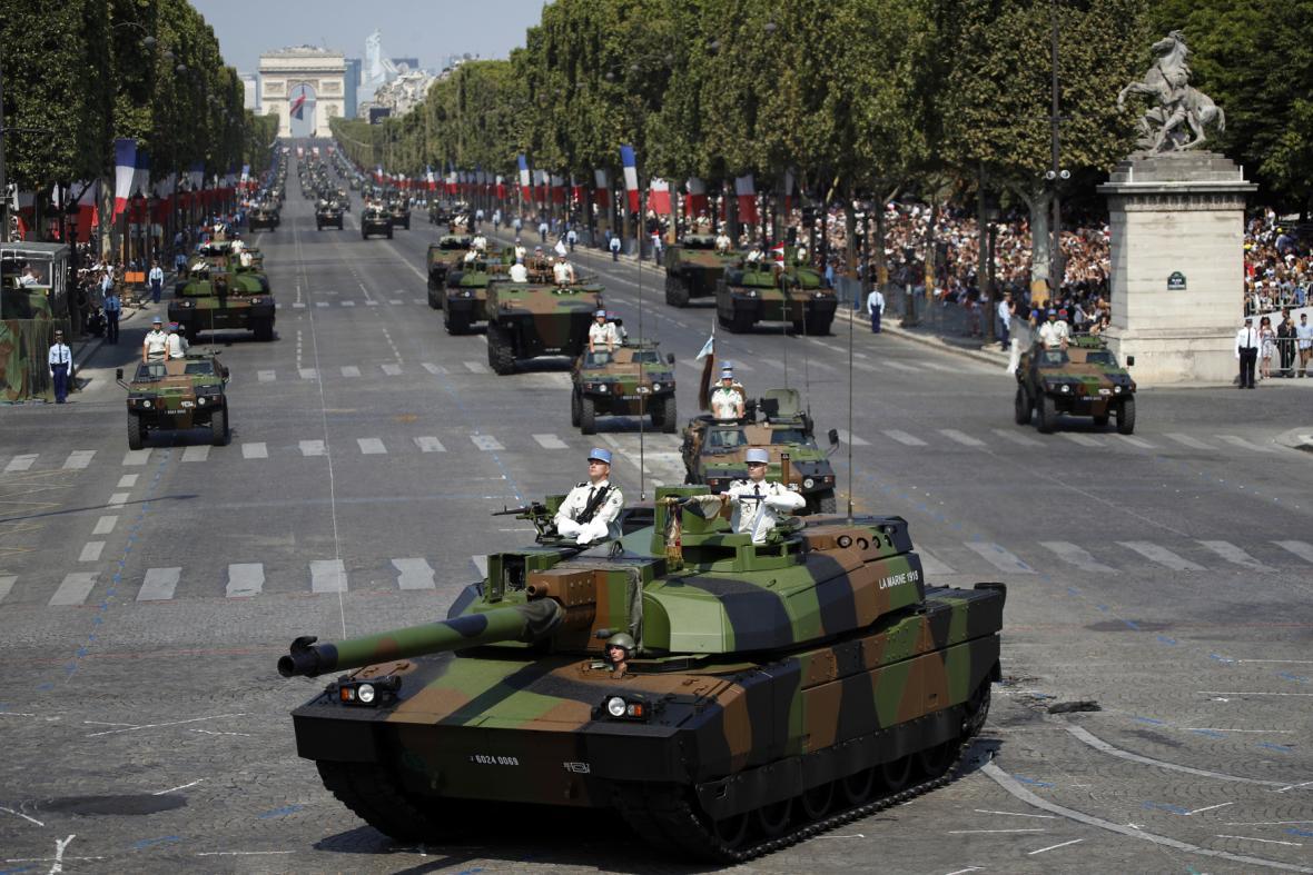 Vojenská přehlídka na Den Bastily