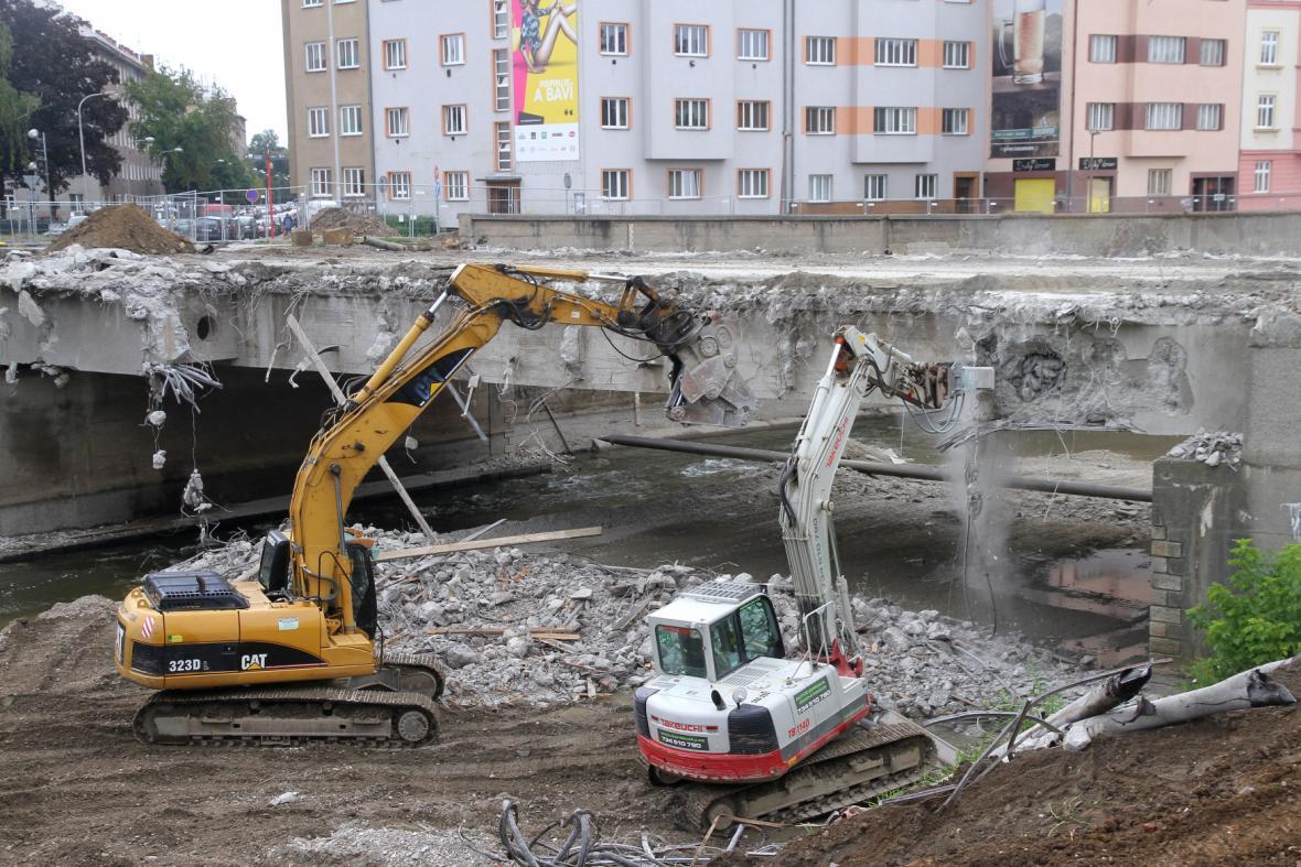 Demolice mostu v Komenského ulici