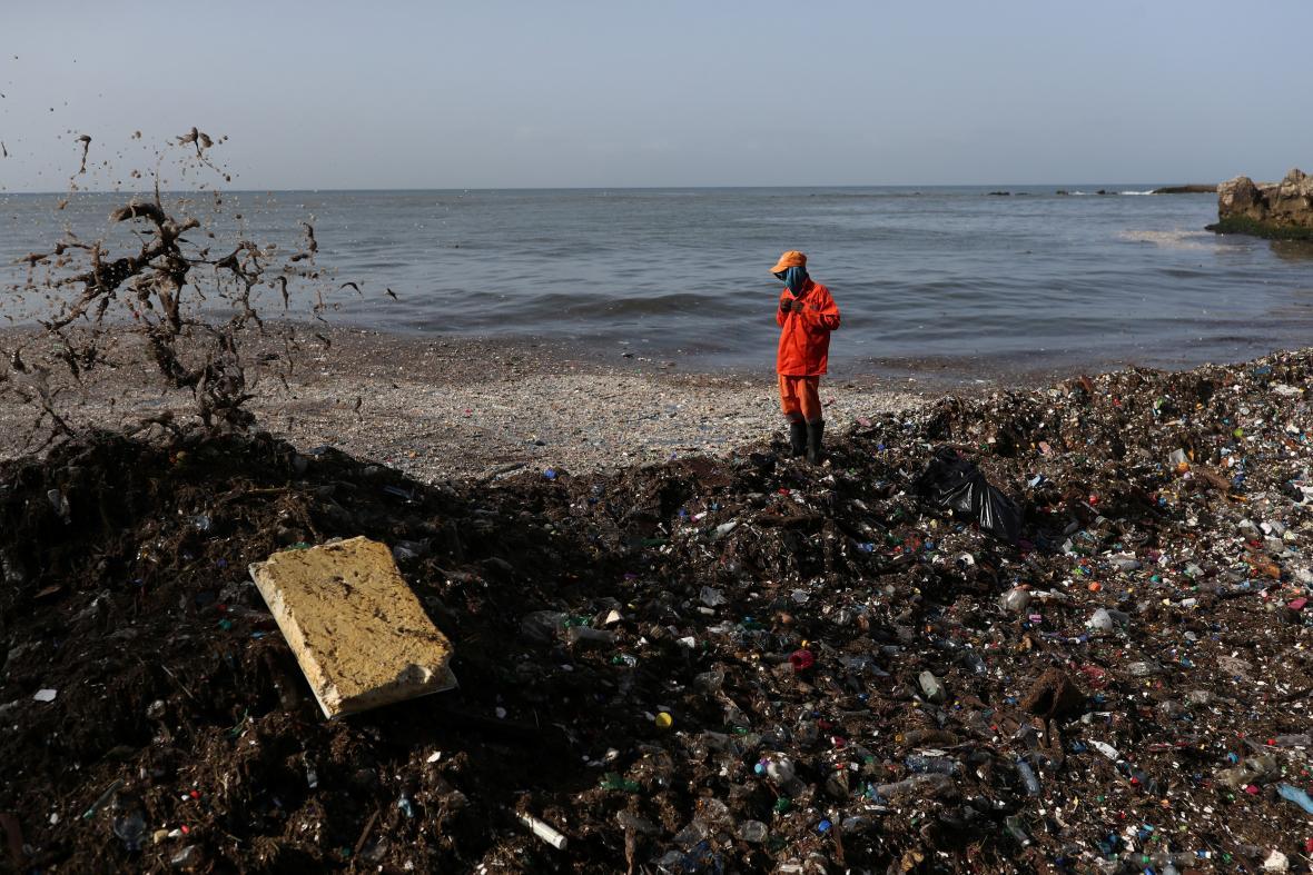 Úklid odpadků z pláží v Dominikánské republice