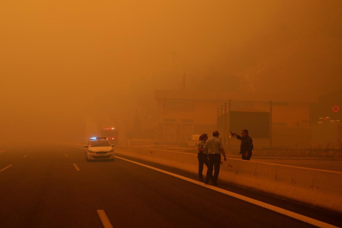 Dýmem zahalená dálnice u města Kinéta
