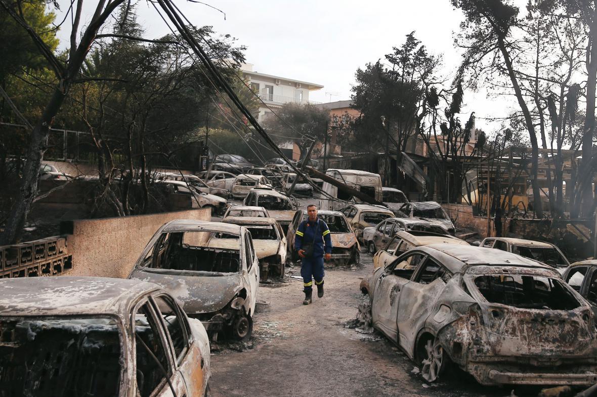Ohořelá auta ve vesnici Mati východně od Atén