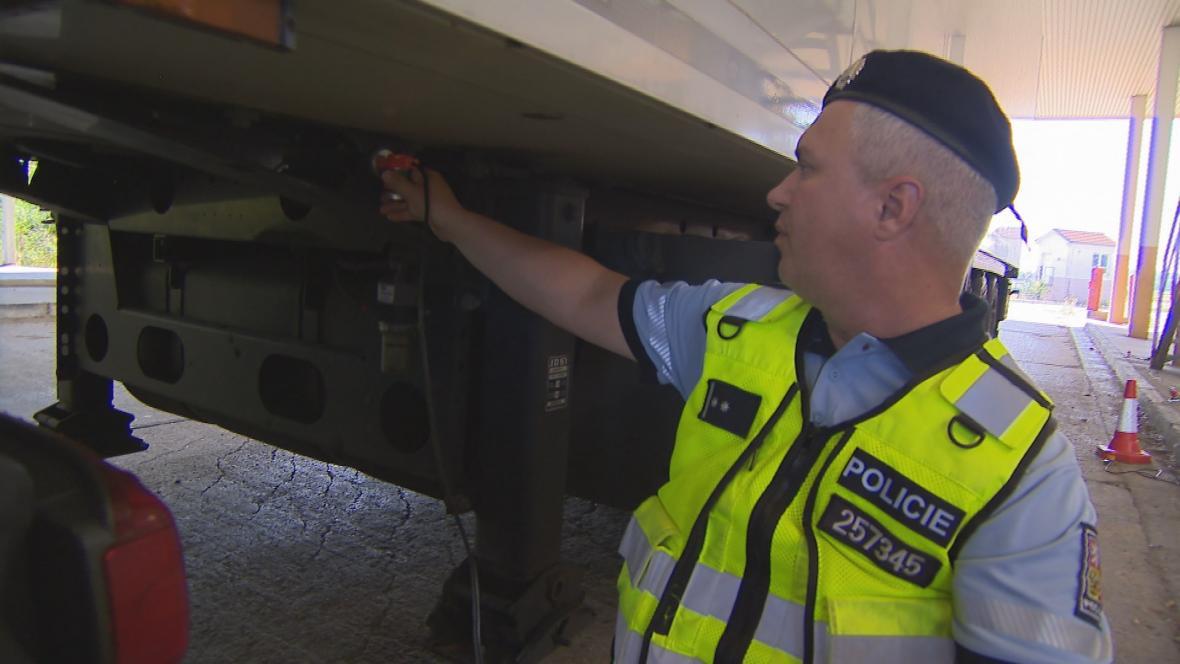Policista kontroluje kamion detektorem tlukotu srdce