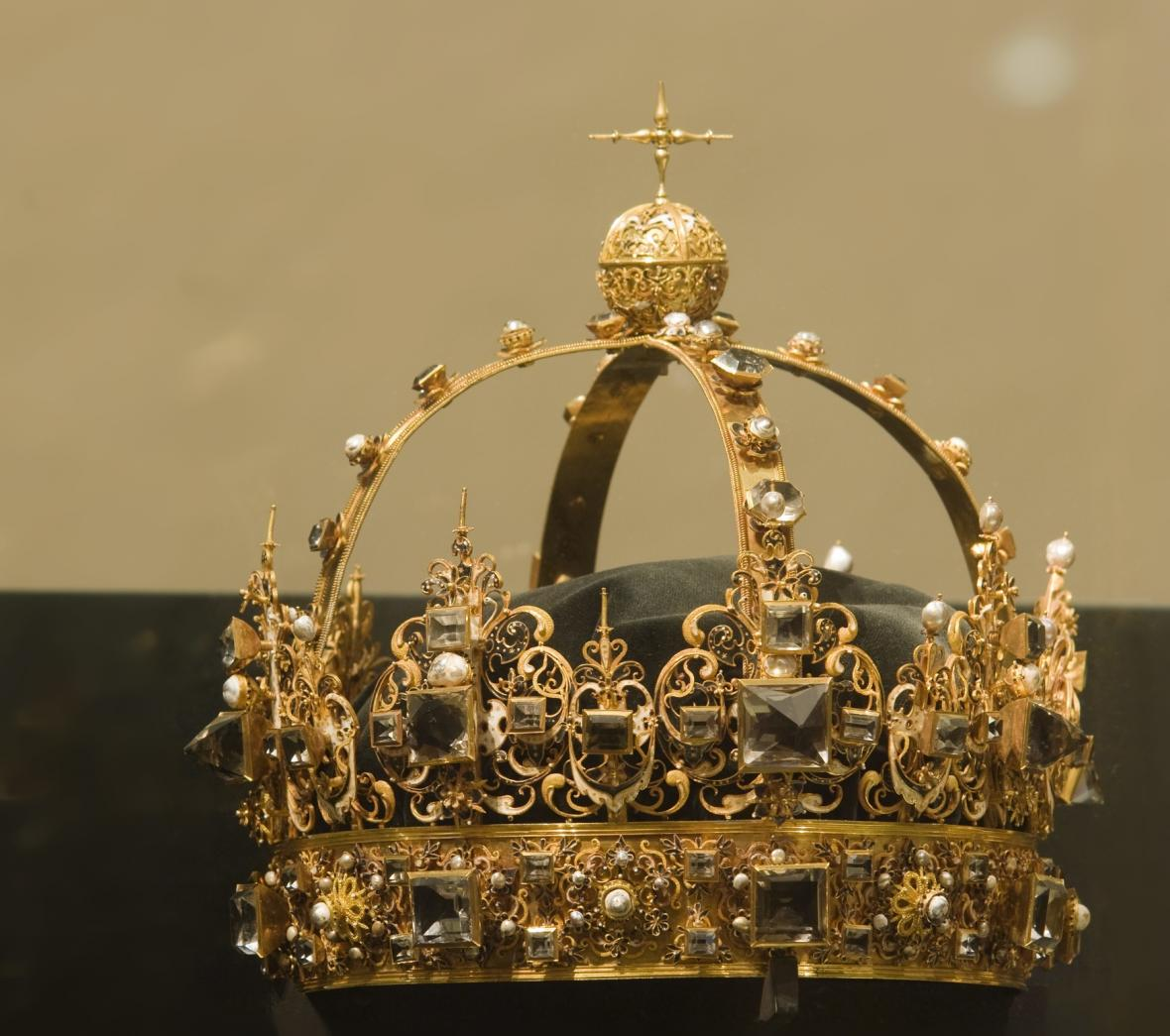 Zloději ve Švédsku ukradli královské klenoty. Policie po nich pátrá — ČT24  — Česká televize d236da6a17