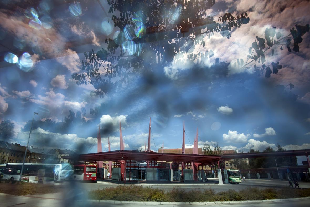 Pohled na autobusové nádraží v Chebu skrz rozbitou okenní tabuli. Kovová konstrukce funguje v bouři jako hromosvod.