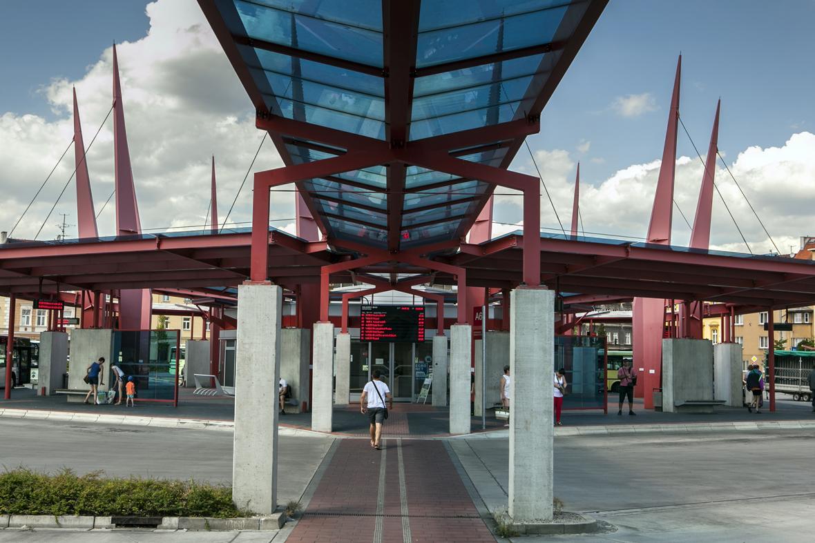 Střecha nad přístupovou cestou k terminálu autobusového nádraží