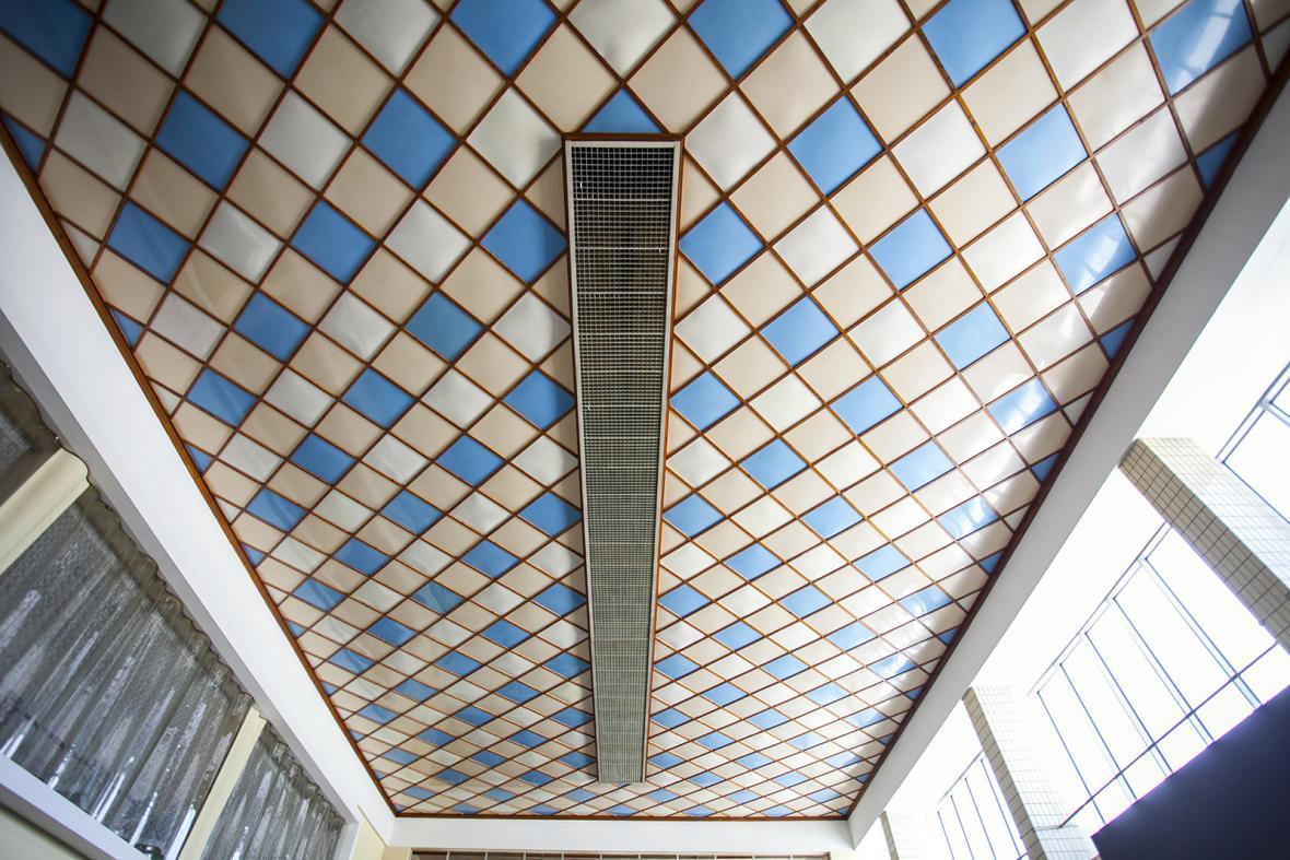 Strop v interiéru budovy vlakového nádraží v Chebu