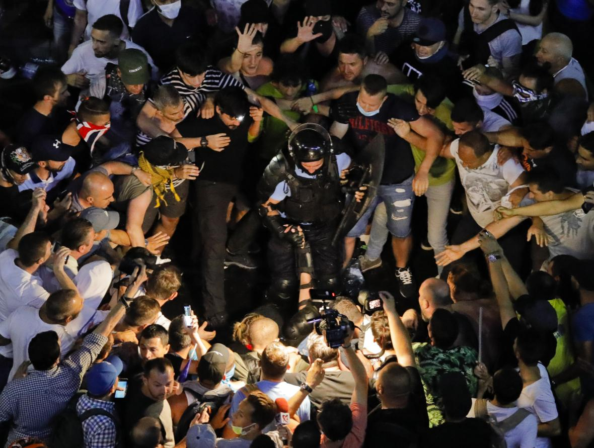 Demonstranti obklopili člena pořádkových sil