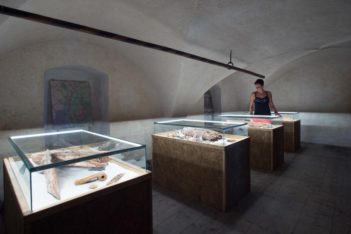Expozice s artefakty nalezenými při opravách v areálu zámku ve Frýdlantu na Liberecku