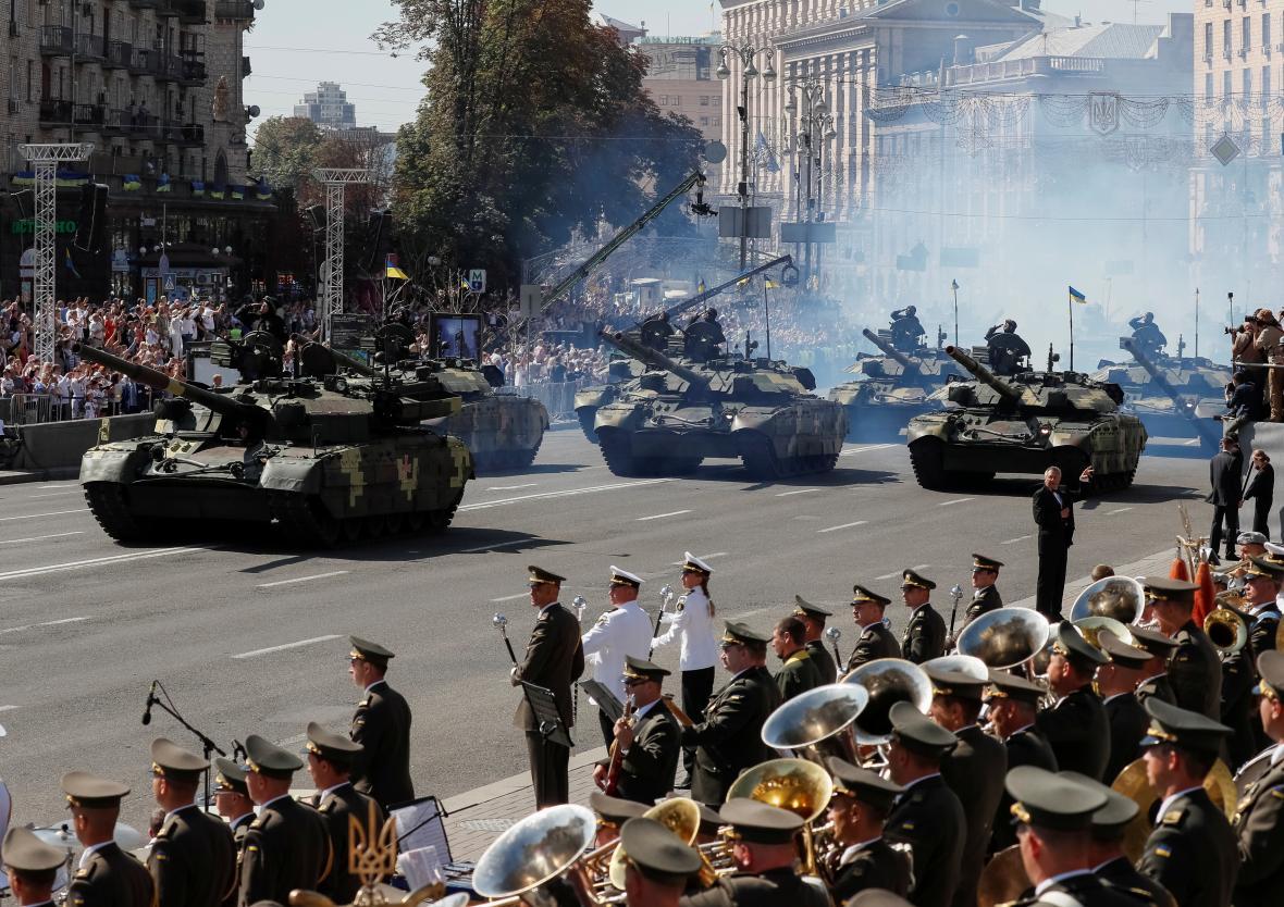 Duchovní v Kyjevě sledují vojenskou přehlídku
