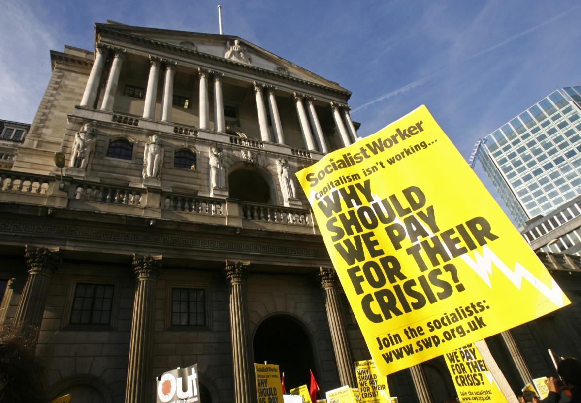 Demonstrace před sídlem zkrachovalé banky Lehman Brothers. V pondělí 15. září 2008 požádala investiční banka se 158 let starou tradicí o soudní ochranu před věřiteli. Jednalo se o jeden z největších bankrotů v dějinách USA.