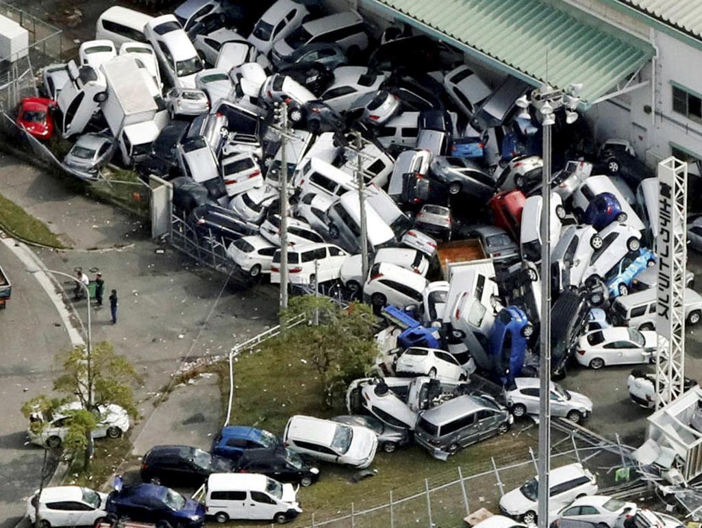 Následky řádění tajfunu Jebi