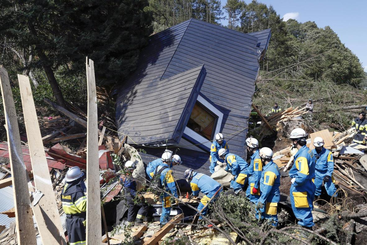 Japonsko zasáhlo silné zemětřesení, provázely ho sesuvy půdy