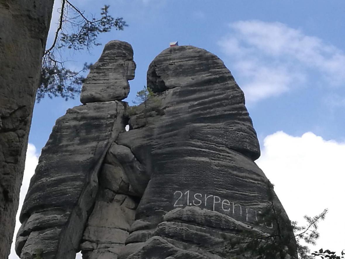 Ve skalách na Náchodsku někdo obnovil nápis proti okupaci
