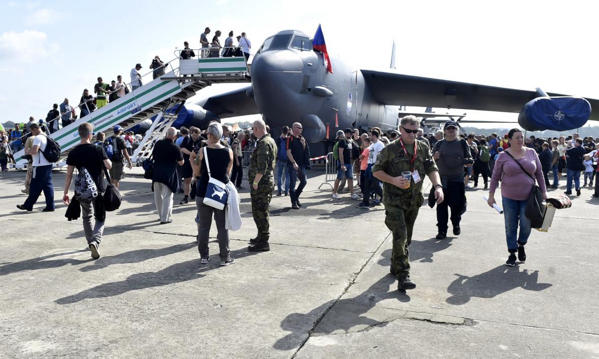 Lidé si prohlížejí americký strategický bombardér B-52H Stratofortress.