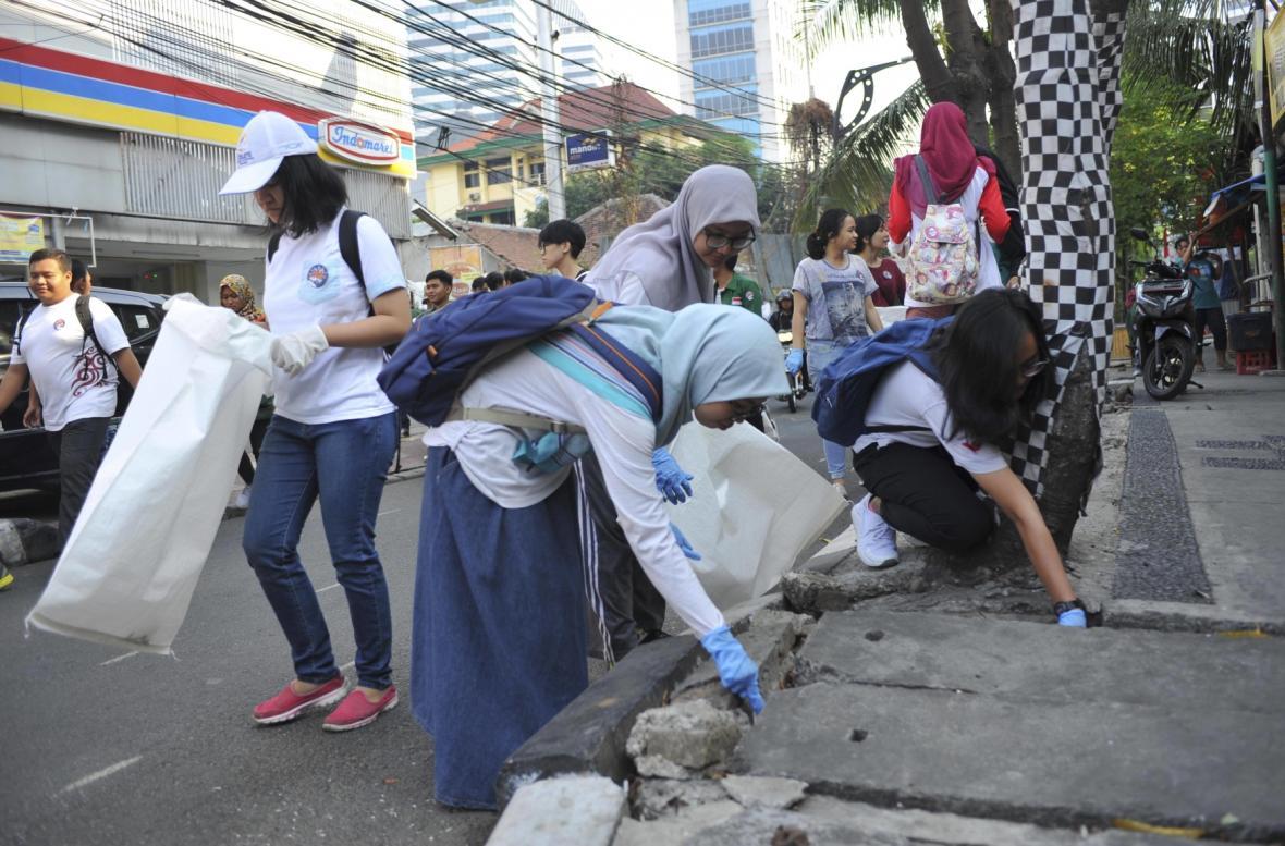 Dobrovolníci uklízeli také na Jakartě