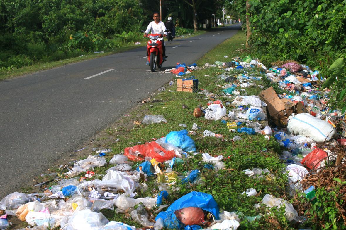 Dobrovolníci uklízeli odpadky také v indonézském Meulabohu