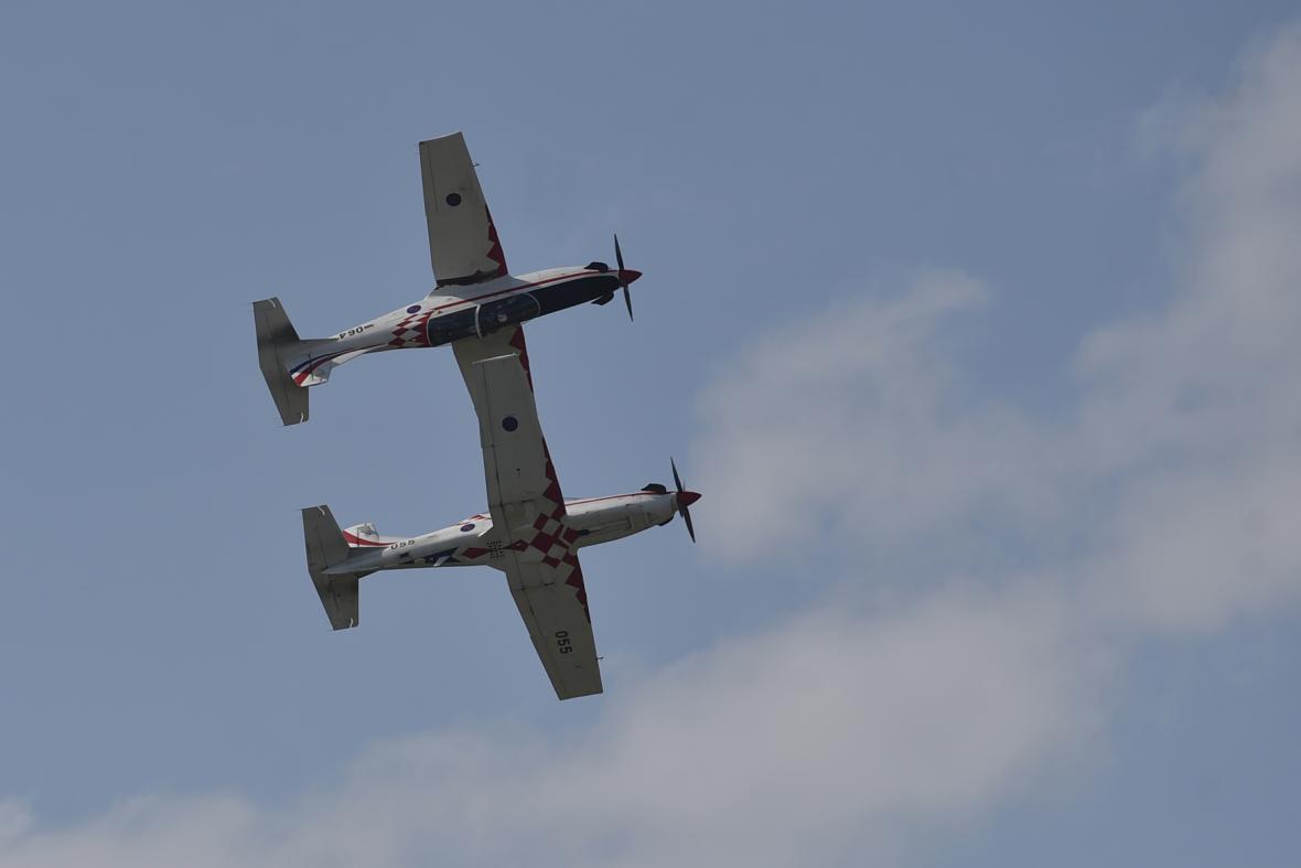 Své umění předvádí letecká skupina Křídla bouře z Chorvatska.