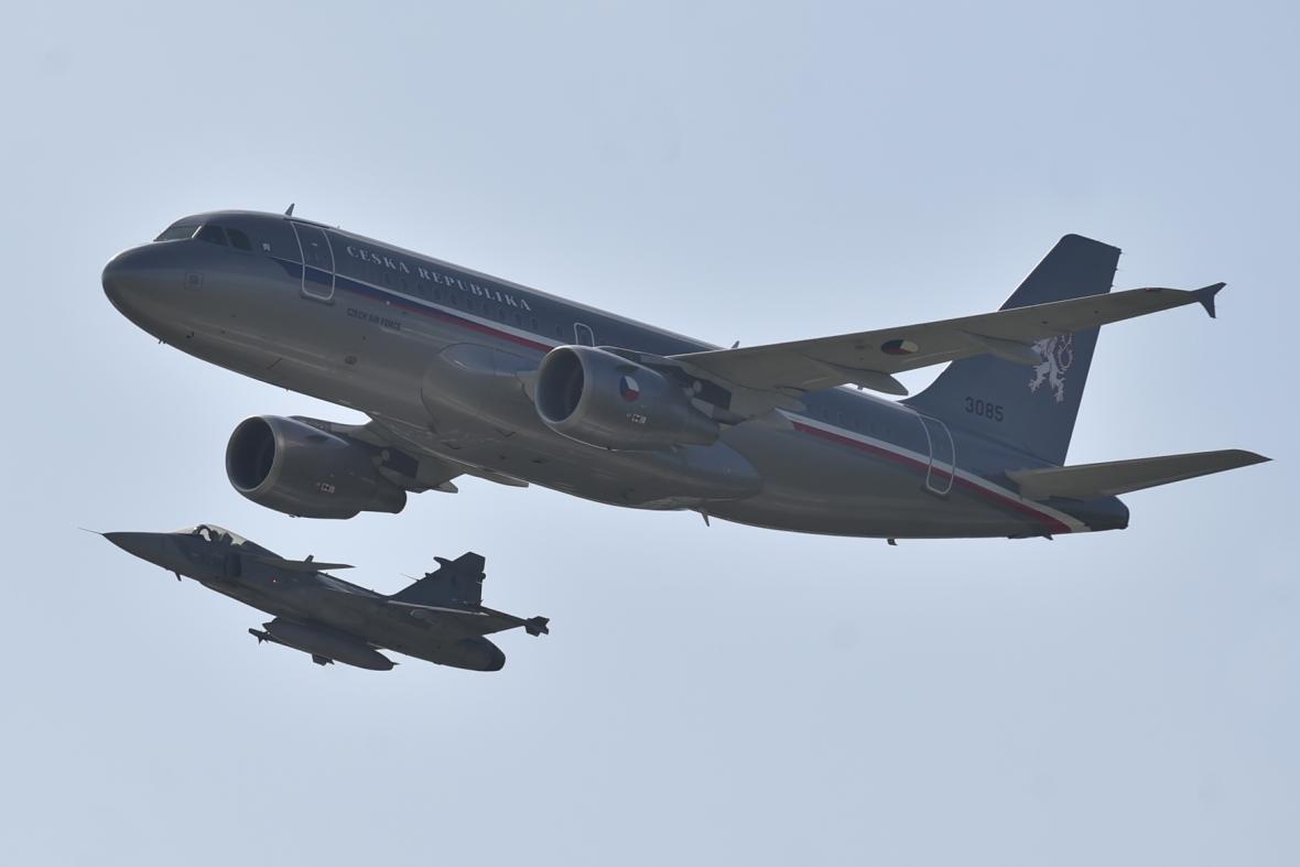 Airbus A319 (nahoře) doprovázený stíhačkou JAS-39 Gripen.