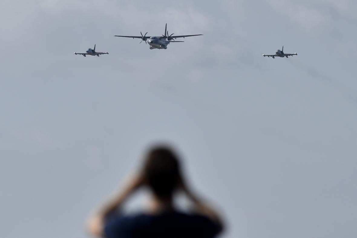 Přilétají C-295M CASA (uprostřed) a dva L-159 Alca.