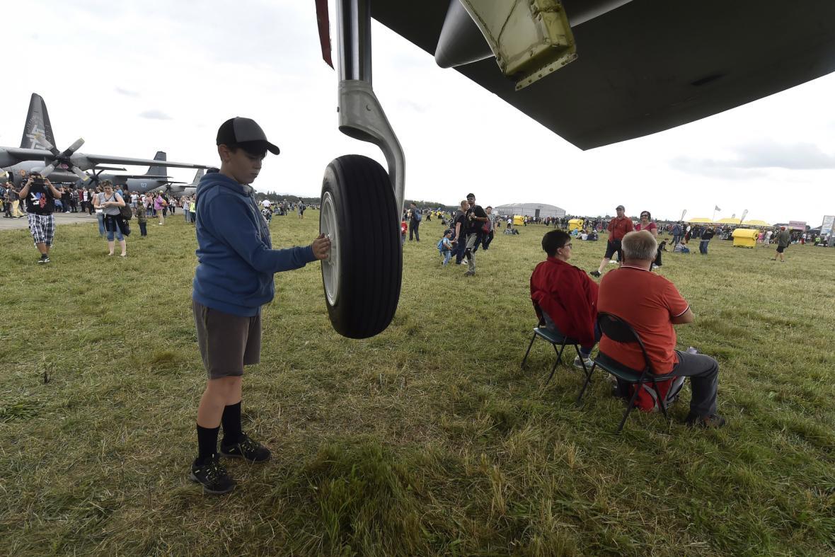 Chlapec si prohlíží podvozek amerického strategického bombardéru B-52H Stratofortress.
