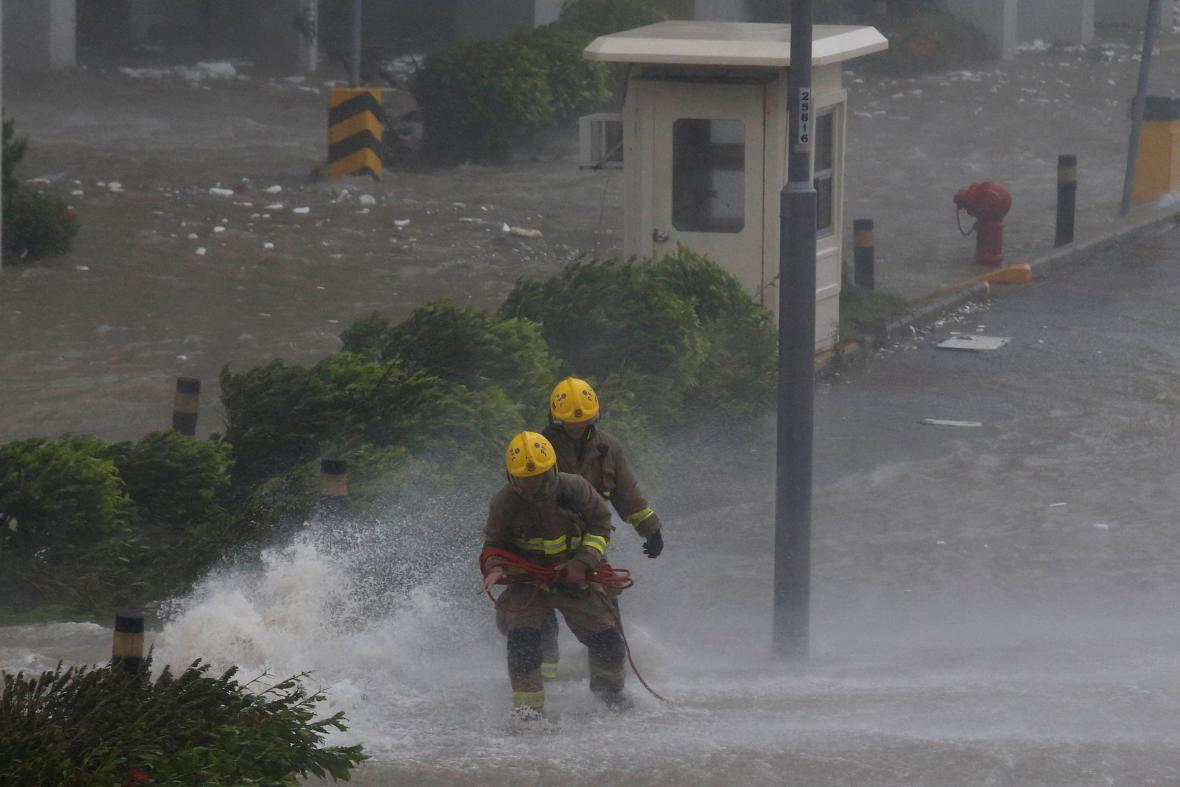 Tajfun Mangkhut zasáhl Hongkong a míří k Číně
