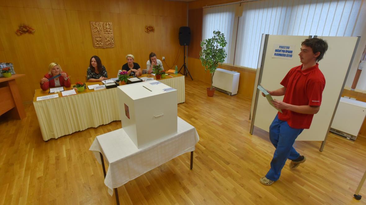 Volební místnost v v Doupovském Hradišti na Karlovarsku