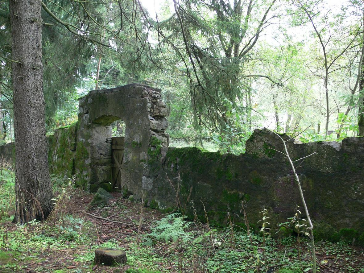 Brána a zeď klášterní zahrady u tábora Mariánské