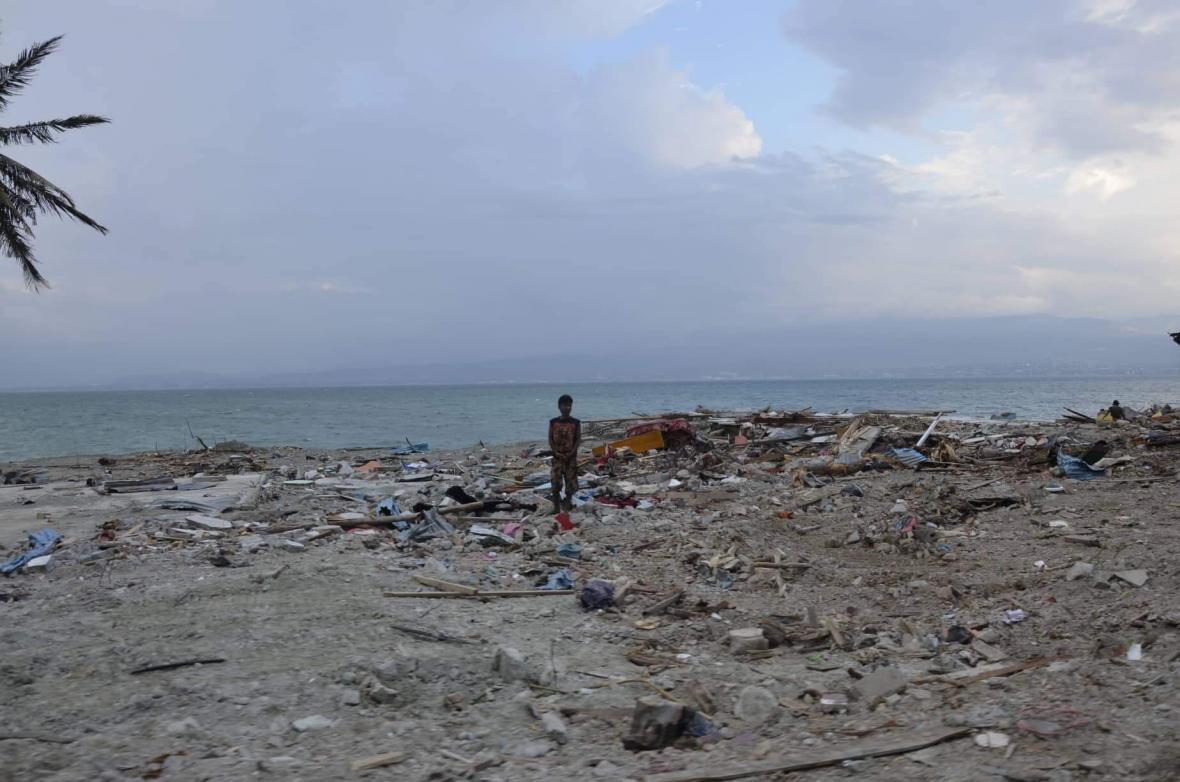 Indonésii zasáhla série zemětřesení a tsunami
