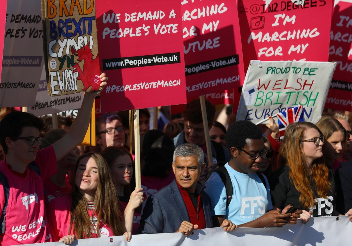 Lidé v ulicích Londýna volají po referendu o dohodě k brexitu