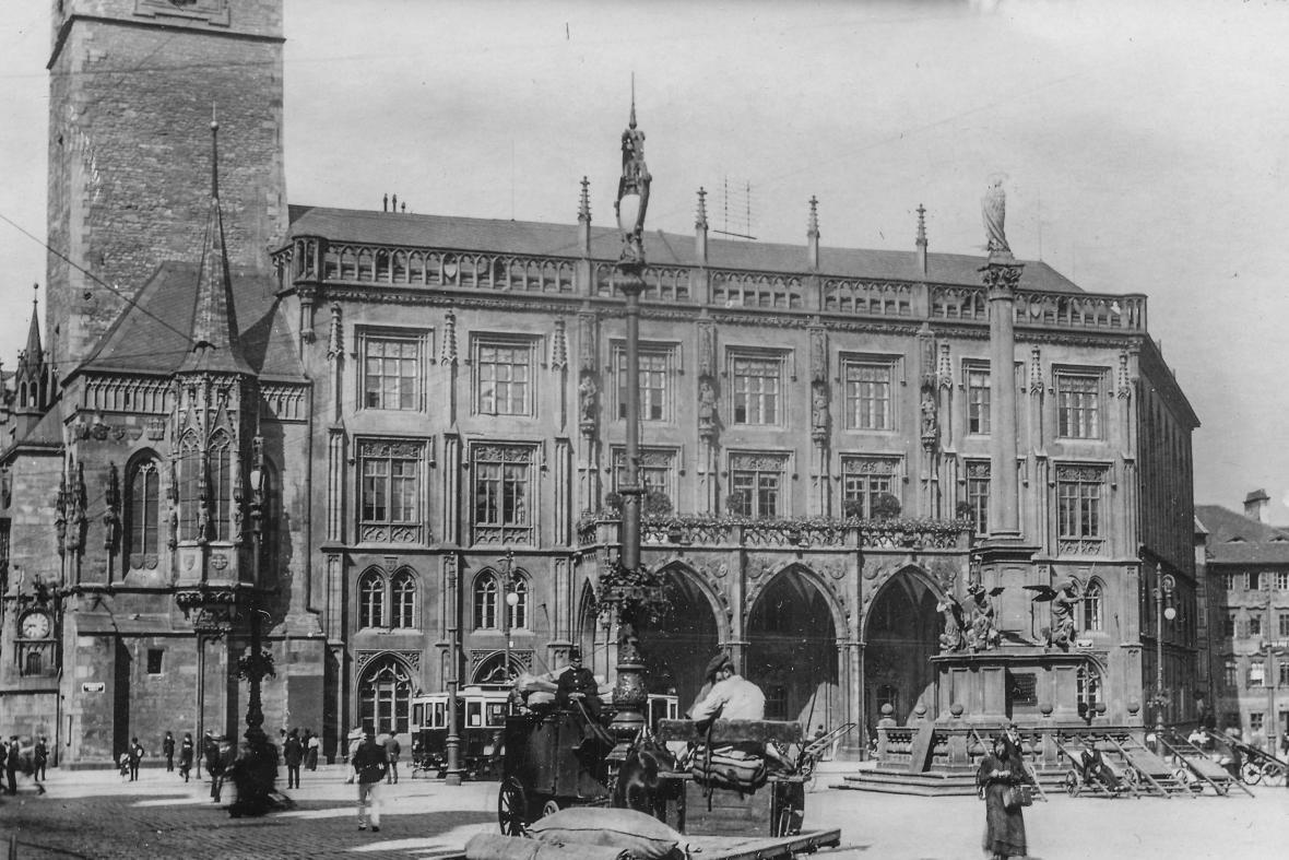Staroměstská radnice před rokem 1918 a dnes
