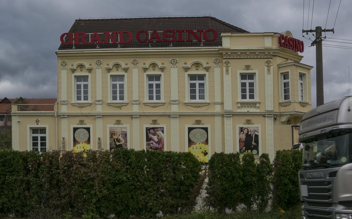 Hotel Bahnhof V. Entner se zahradní restaurací v Mikulově kolem roku 1918 a Grand Casino na stejném místě dnes